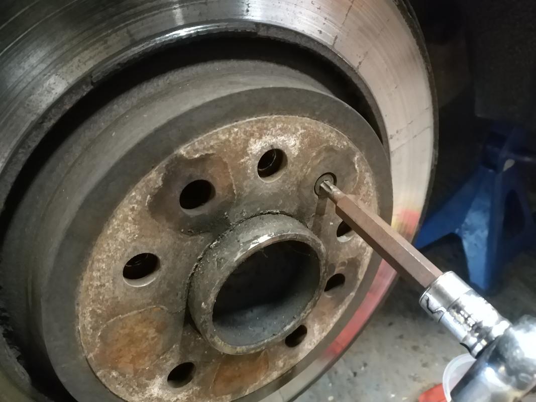 Removing disc retention screw